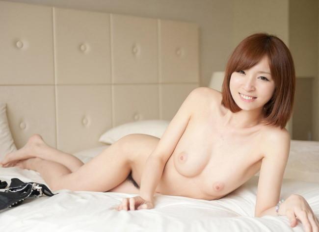 【ヌード画像】笑顔で裸体をさらす美女たちのエロスw 32