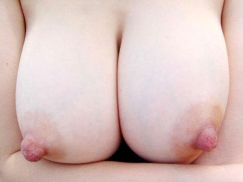 【ヌード画像】ピンと尖った勃起乳首がエロすぎるw 16