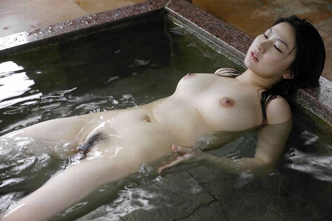 【ヌード画像】温泉美女の色っぽい肌に大興奮! 28
