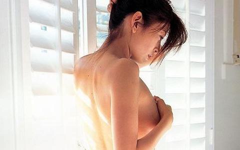 【ヌード画像】手ぶらで隠された乳首が気になりすぎるw(33枚) 15