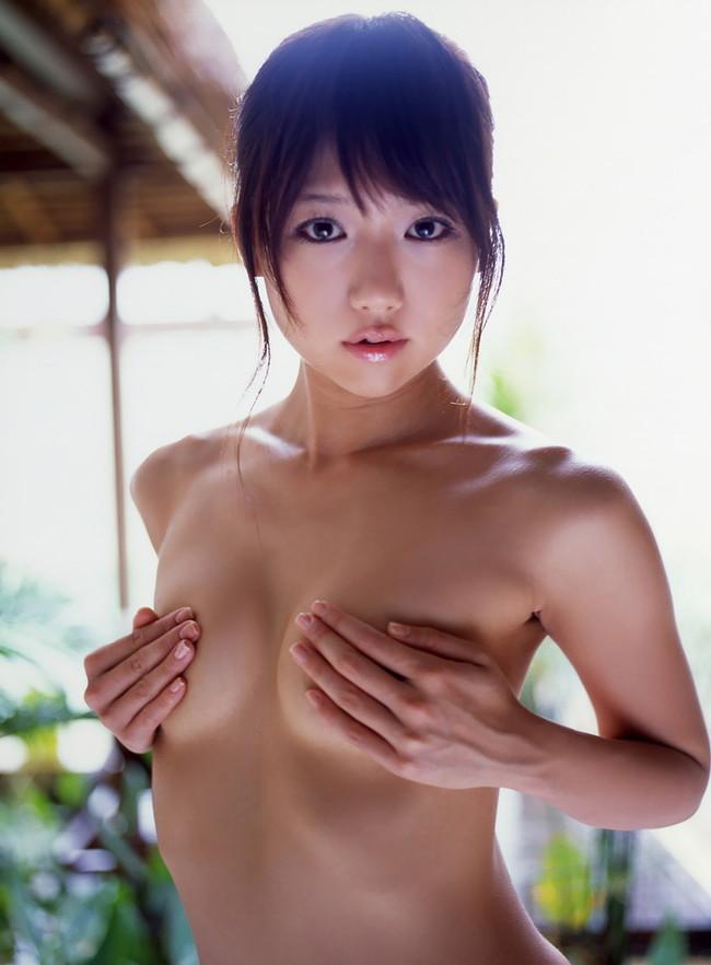 【ヌード画像】手ぶらで隠された乳首が気になりすぎるw(33枚) 32
