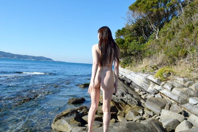 【ヌード画像】野外で脱衣!解放感あふれるヌードに注目(35枚) 01