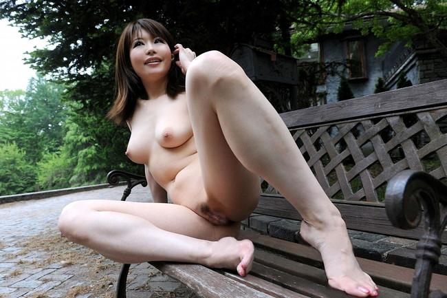 【ヌード画像】野外で脱衣!解放感あふれるヌードに注目(35枚) 05