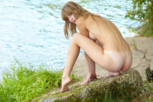 【ヌード画像】野外で脱衣!解放感あふれるヌードに注目(35枚) 32