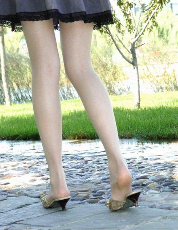 【ヌード画像】脚フェチ必見!スレンダーな美脚美人の魅力が半端ないw(35枚) 14