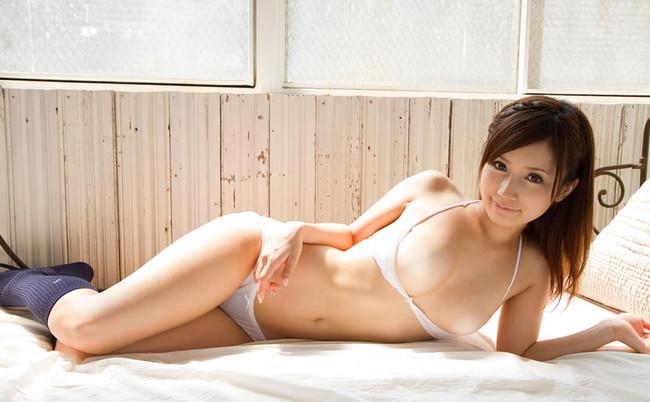 【ヌード画像】ベッドの上で美女が脱ぐ!惜しげもなく肌をさらす姿に感動(34枚) 34