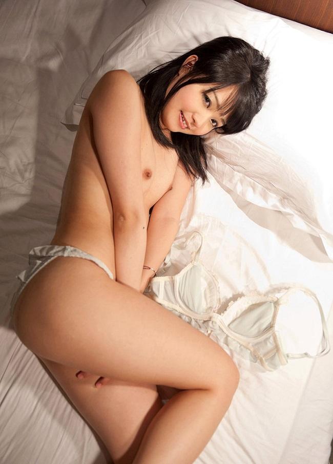 【ヌード画像】ベッドの上で美女が脱ぐ!惜しげもなく肌をさらす姿に感動(34枚) 11