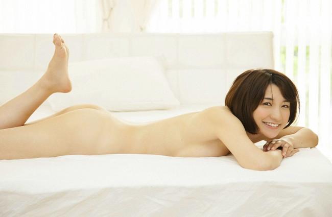 【ヌード画像】ベッドの上で美女が脱ぐ!惜しげもなく肌をさらす姿に感動(34枚) 22