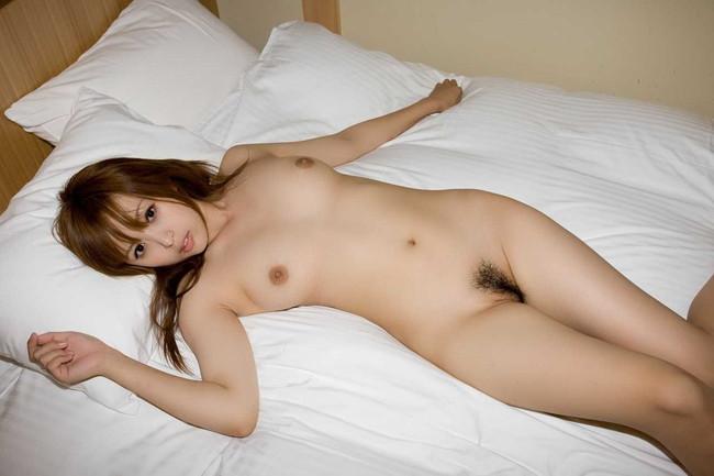 【ヌード画像】ベッドの上で美女が脱ぐ!惜しげもなく肌をさらす姿に感動(34枚) 27