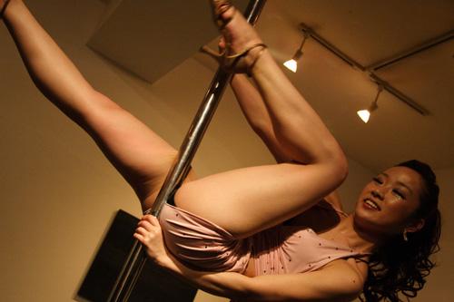 【ヌード画像】ポールダンスのエロさ爆発!棒に絡みつく美女の肢体が艶めかしいw(30枚) 16