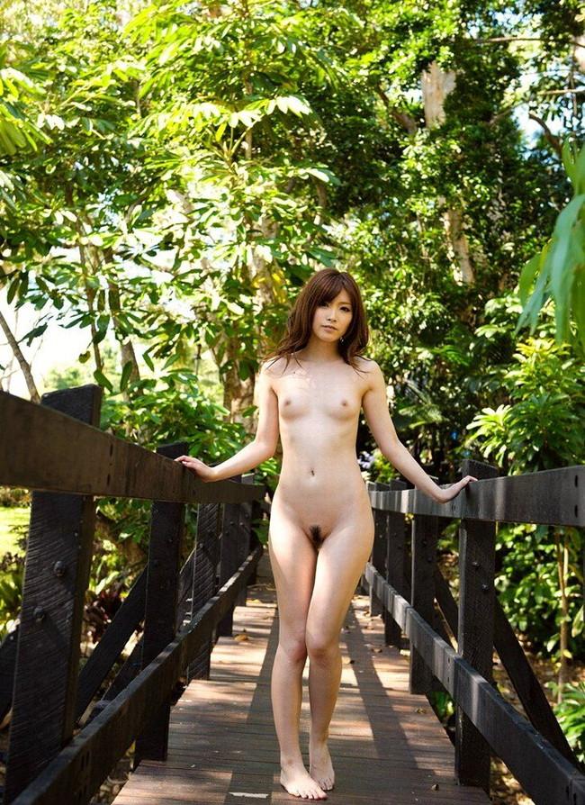【ヌード画像】森の中で全裸w癒し効果抜群の森林浴ヌードw(32枚) 10