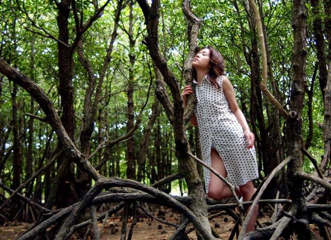 【ヌード画像】森の中で全裸w癒し効果抜群の森林浴ヌードw(32枚) 19