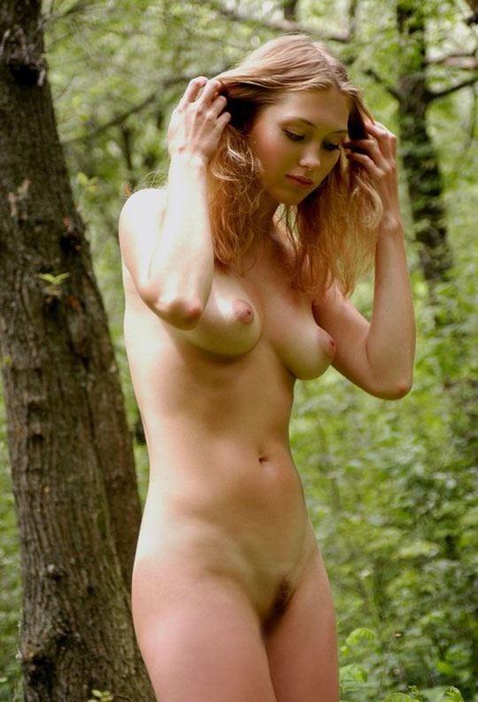 【ヌード画像】森の中で全裸w癒し効果抜群の森林浴ヌードw(32枚) 22