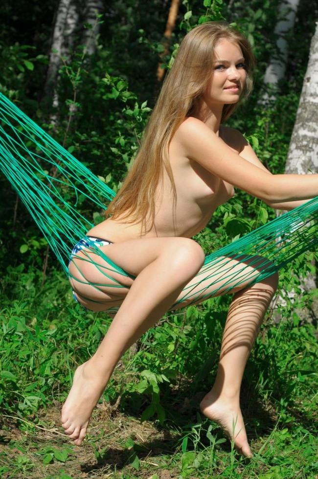 【ヌード画像】森の中で全裸w癒し効果抜群の森林浴ヌードw(32枚) 24