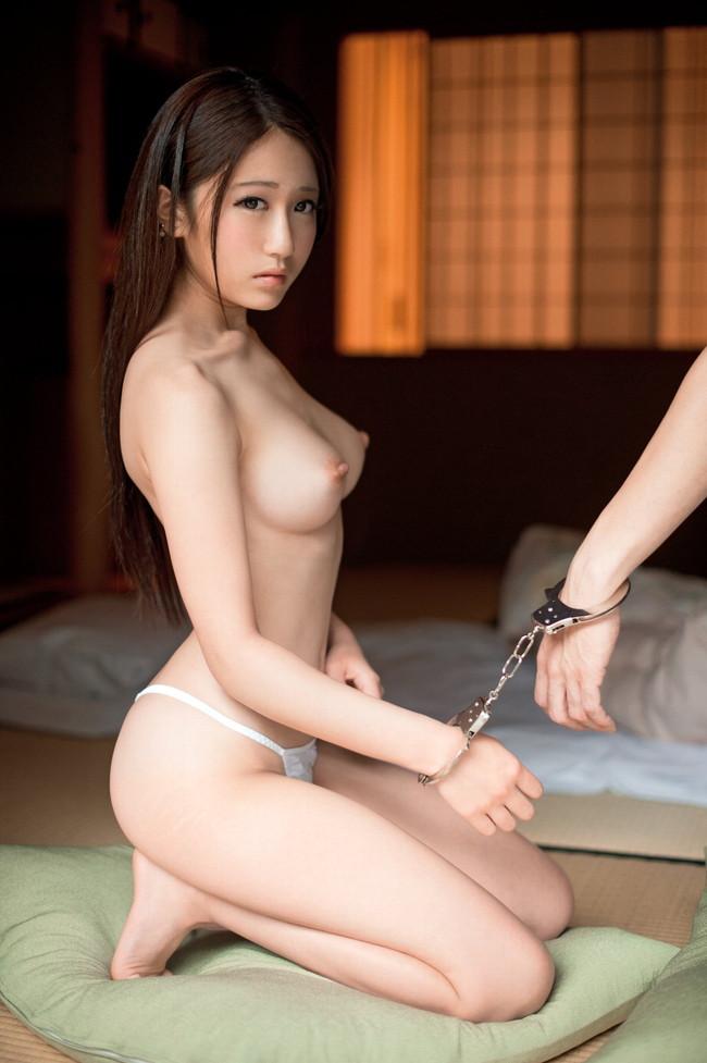 【ヌード画像】手錠で拘束されてる美女にいたずらしたいw(32枚) 16
