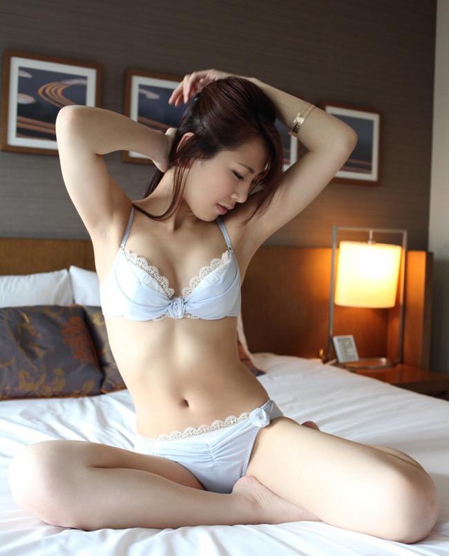 【ヌード画像】巨乳下着美女のセミヌードが裸よりそそるw(33枚) 03