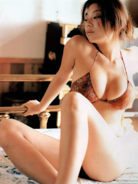 【ヌード画像】巨乳下着美女のセミヌードが裸よりそそるw(33枚) 13