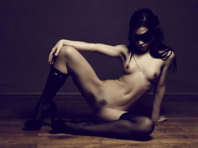 【ヌード画像】目隠しされている美女が淫乱そうに見えて仕方ないw(34枚) 12