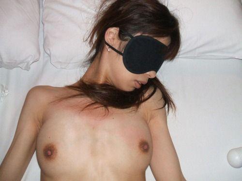 【ヌード画像】目隠しされている美女が淫乱そうに見えて仕方ないw(34枚) 16