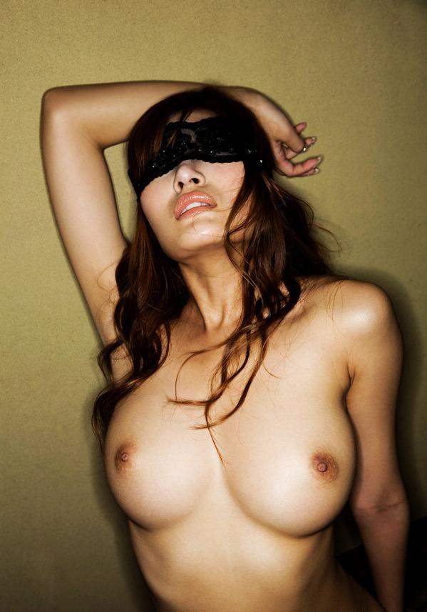【ヌード画像】目隠しされている美女が淫乱そうに見えて仕方ないw(34枚) 25