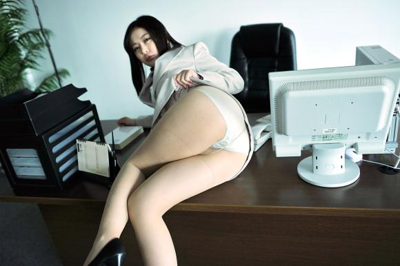 【ヌード画像】会社内で美女が裸になっている件(30枚) 06
