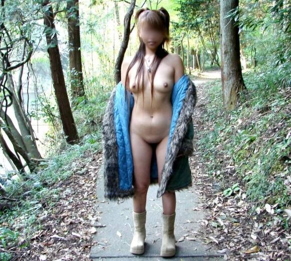 【ヌード画像】裸にコートだけしか着ていない大胆な女の子w(31枚) 04