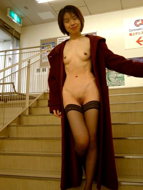 【ヌード画像】裸にコートだけしか着ていない大胆な女の子w(31枚) 11