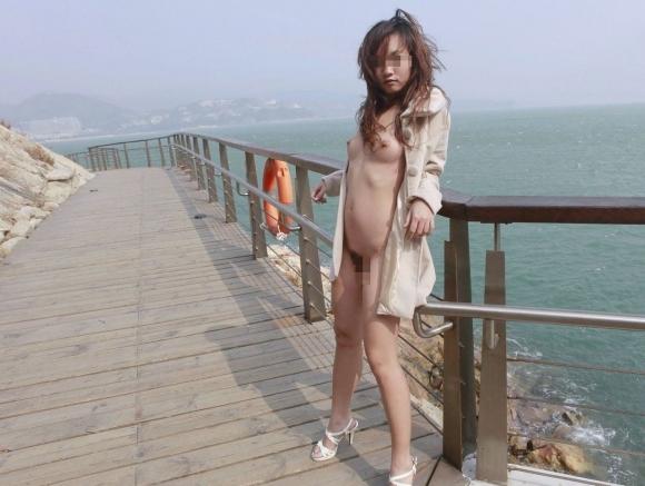 【ヌード画像】裸にコートだけしか着ていない大胆な女の子w(31枚) 25