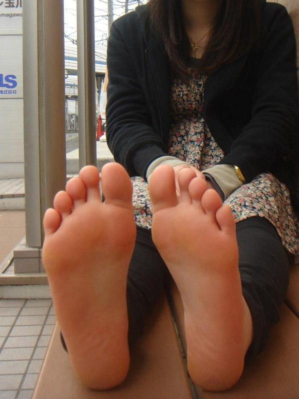 【ヌード画像】女の子の足の裏で興奮するやつ集まれ~w(32枚) 24