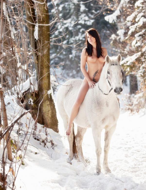 【ヌード画像】雪の上で素肌をさらす露出美女w(30枚) 29