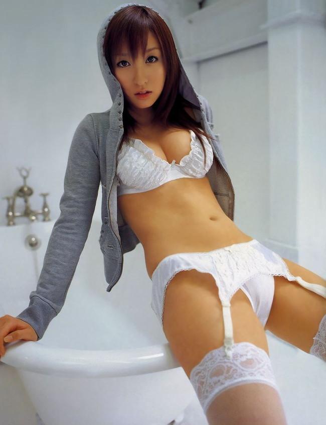 【ヌード画像】美女の純白下着姿には清純さと淫乱さが同居していますw(31枚) 08