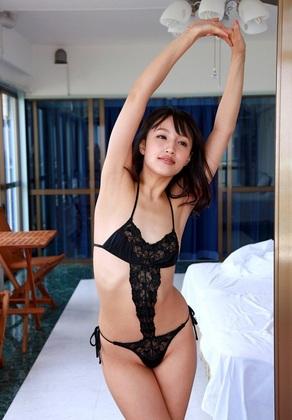 【ヌード画像】青山ローラの下着姿や水着姿がエロカワイイw(31枚) 08