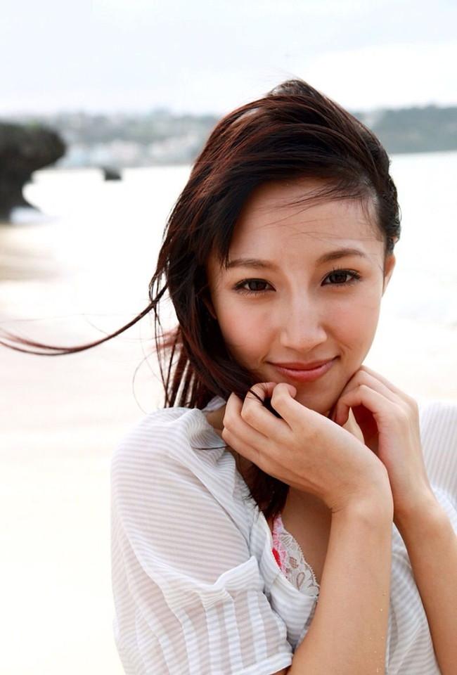 【ヌード画像】青山ローラの下着姿や水着姿がエロカワイイw(31枚) 16