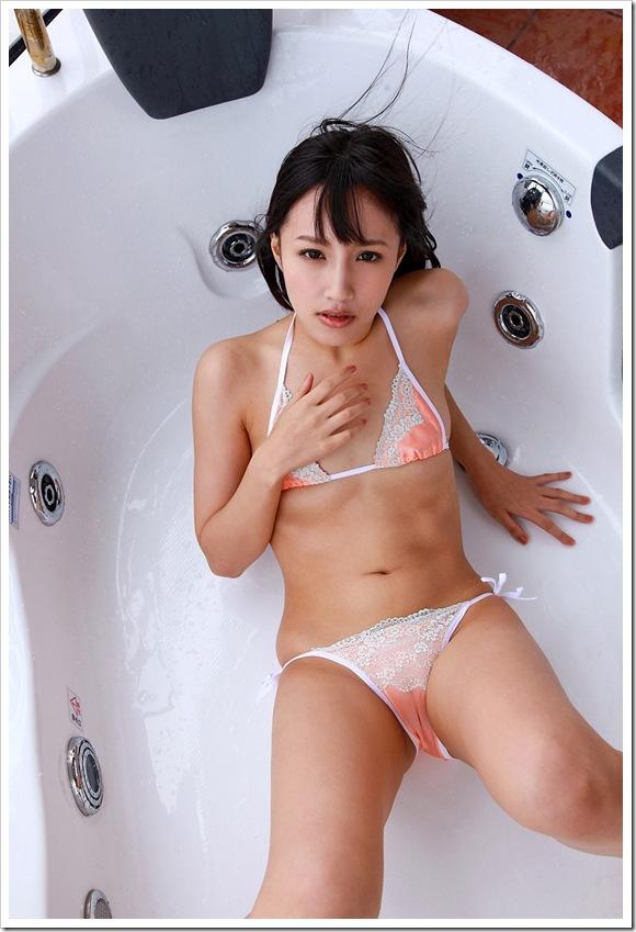【ヌード画像】青山ローラの下着姿や水着姿がエロカワイイw(31枚) 25