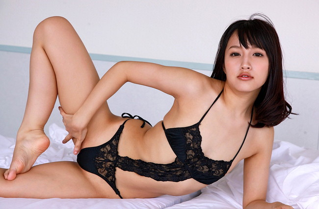 【ヌード画像】青山ローラの下着姿や水着姿がエロカワイイw(31枚) 30