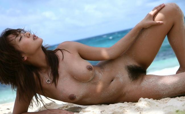 【ヌード画像】砂浜にいる美女は解放感抜群でエロいw(30枚) 03