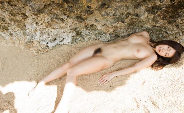 【ヌード画像】砂浜にいる美女は解放感抜群でエロいw(30枚) 10
