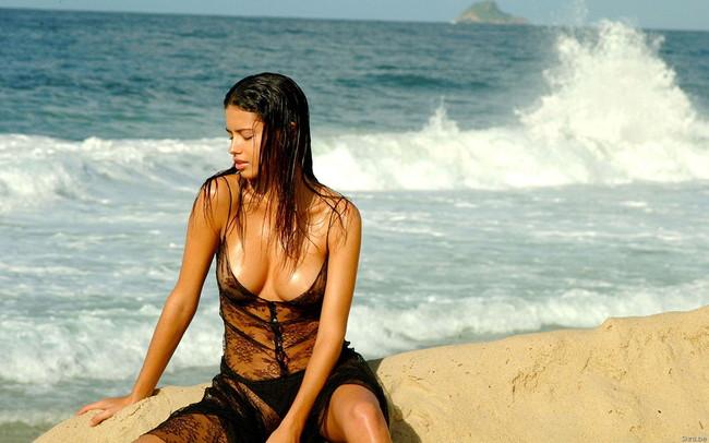 【ヌード画像】砂浜にいる美女は解放感抜群でエロいw(30枚) 13