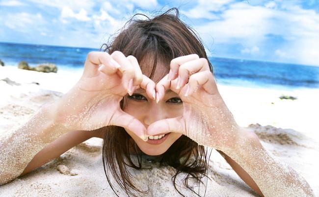 【ヌード画像】砂浜にいる美女は解放感抜群でエロいw(30枚) 16