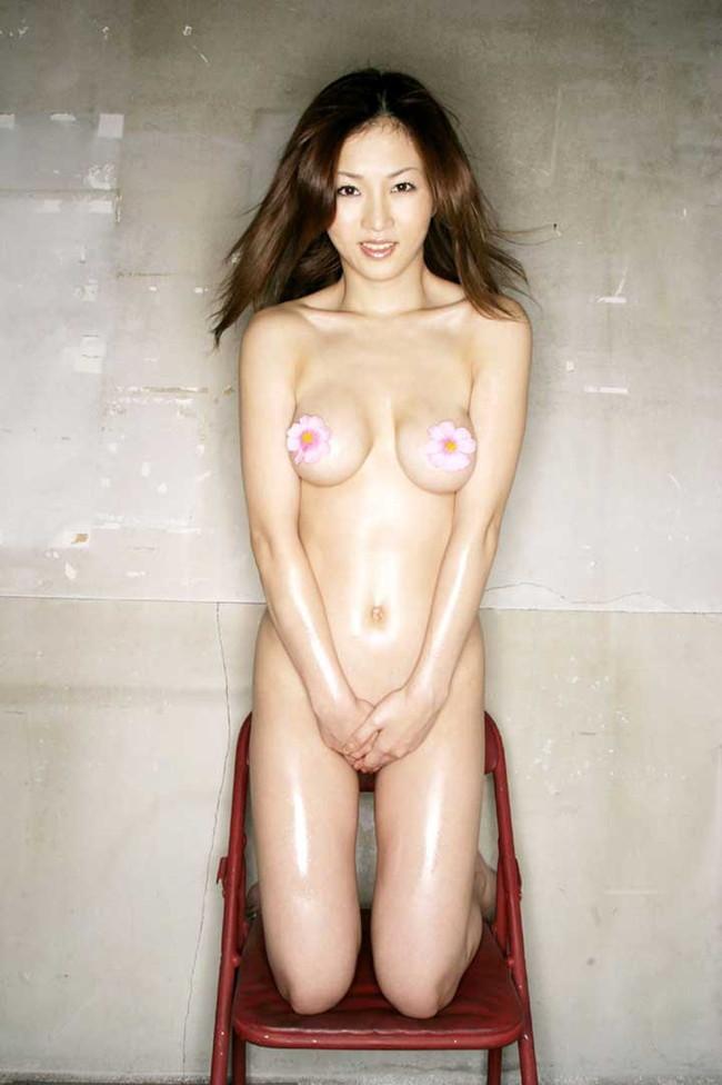 【ヌード画像】エロいヌードは恥じらいがあってナンボ!手で隠してチラ見せしたりはにかんだりと超エロい画像集(50枚) 26