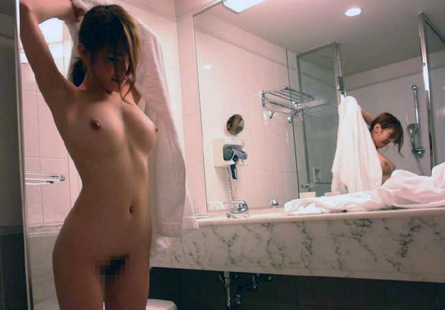 【ヌード画像】エロいヌードは恥じらいがあってナンボ!手で隠してチラ見せしたりはにかんだりと超エロい画像集(50枚) 48