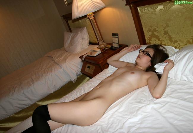 【ヌード画像】プロも素人も外人もみんなかけてる、メガネ娘のエロヌード画像を集めてみました。どんな体勢でも外さないで!(50枚) 22