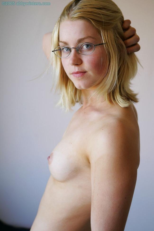 【ヌード画像】プロも素人も外人もみんなかけてる、メガネ娘のエロヌード画像を集めてみました。どんな体勢でも外さないで!(50枚) 46