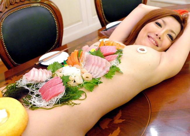 【ヌード画像】バブル時代の置き土産、女体盛りヌード画像がアホすぎてエロすぎる!(50枚) 08