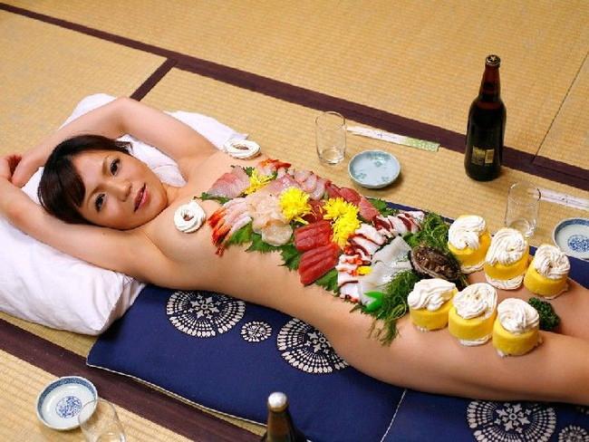 【ヌード画像】バブル時代の置き土産、女体盛りヌード画像がアホすぎてエロすぎる!(50枚) 29