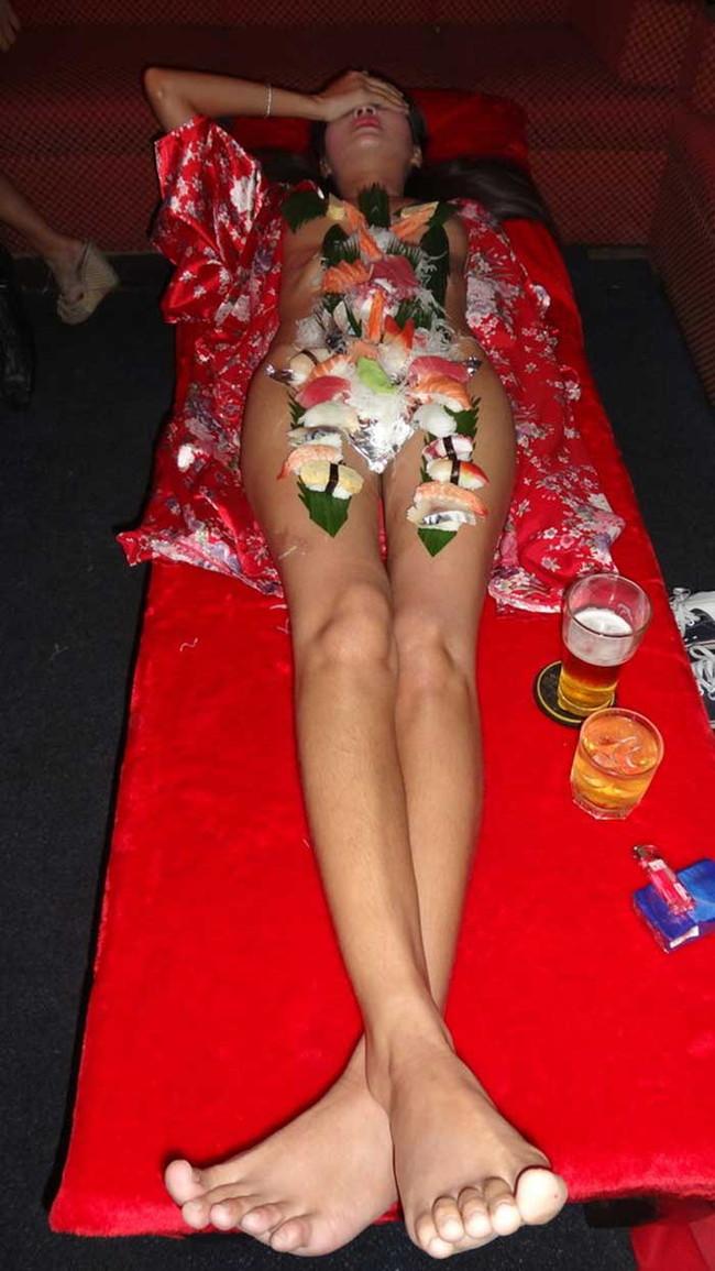 【ヌード画像】バブル時代の置き土産、女体盛りヌード画像がアホすぎてエロすぎる!(50枚) 47