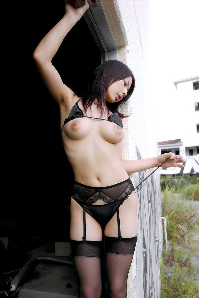 【ヌード画像】ガーターベルトありきのヌード画像が最高に好っきやねん!セクシー&美脚度をアップさせる最強アイテムがコレ!(50枚) 23