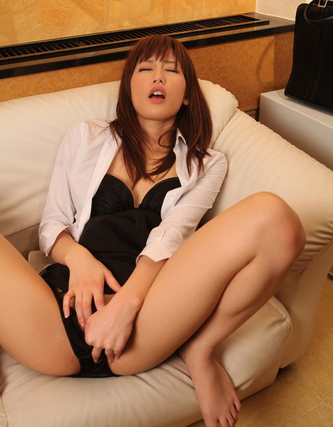 【ヌード画像】指入れオナニーって女性の本気度が伝わってきて最高にエロいよね!的な自分の指入れちゃってるオナニー画像集(50枚) 42