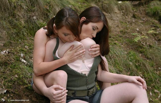 【ヌード画像】乳首自分で舐めてるオンナって超エロいよな!巨乳じゃないと成り立たない自分で乳首ぺろぺろしてる画像集(50枚) 29