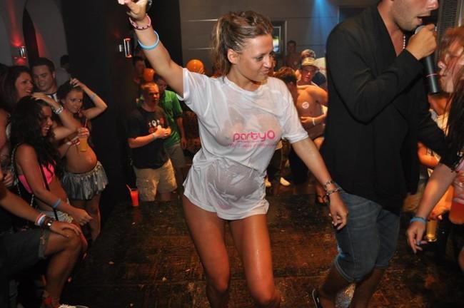 【ヌード画像】濡れて透ける服のナンバーワンはTシャツであると信じて疑わない僕が集めたTシャツ透けエロ画像集です!(50枚) 32